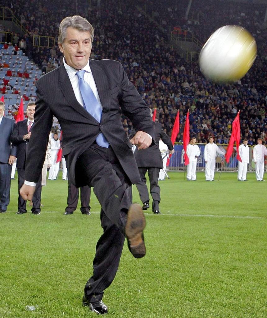 3-й президент Украины Виктор Ющенко бьет по мячу
