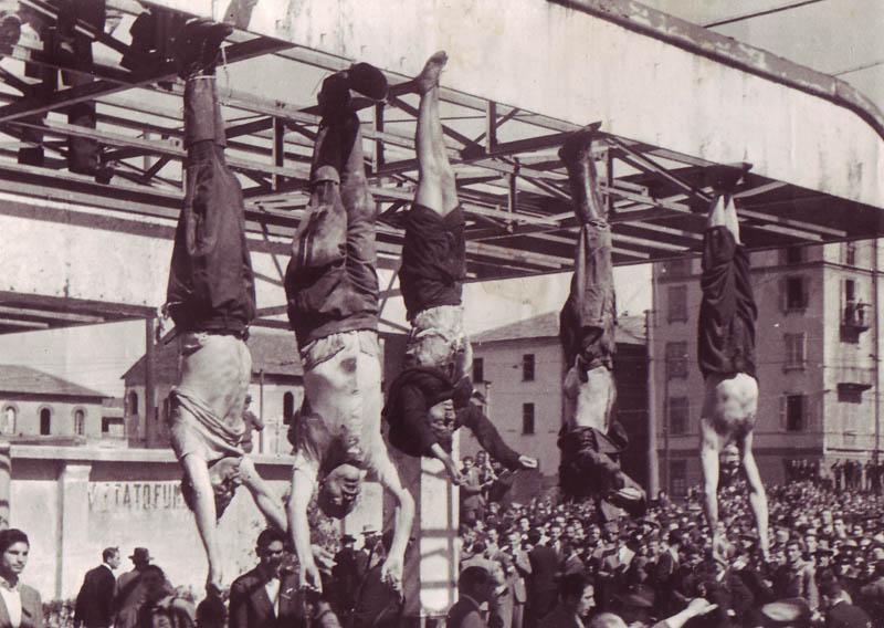 Повешание Муссолини ногами кверху на площади Лорето в Милане