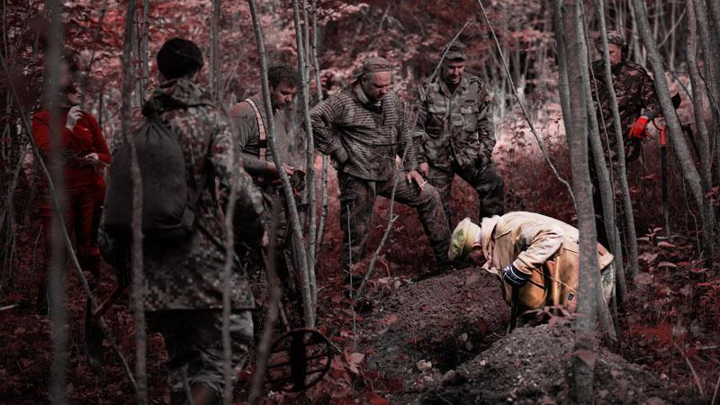 Талис Эсмитс выкапывает останки бойцов Второй мировой войны
