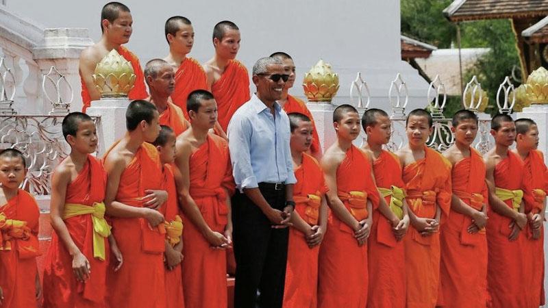 Президент Обама фотографируется с монахами