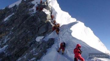 Эверест – вершина мира – всегда манит альпинистов