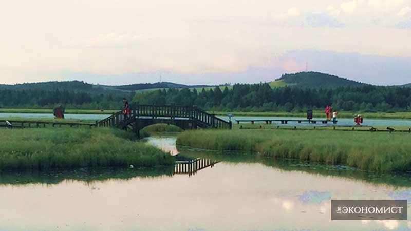 На фото показан пейзаж озера Цисинху возле дамбы Сайханьба. Фото снято корреспондентом газеты «Жэньминь жибао» Пэй Гуанцзяном.