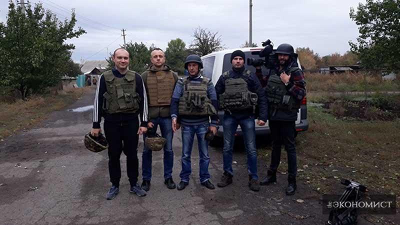Группа журналистов в с.Бахмутка, Донецкая область. 1км. до линии разграничения.
