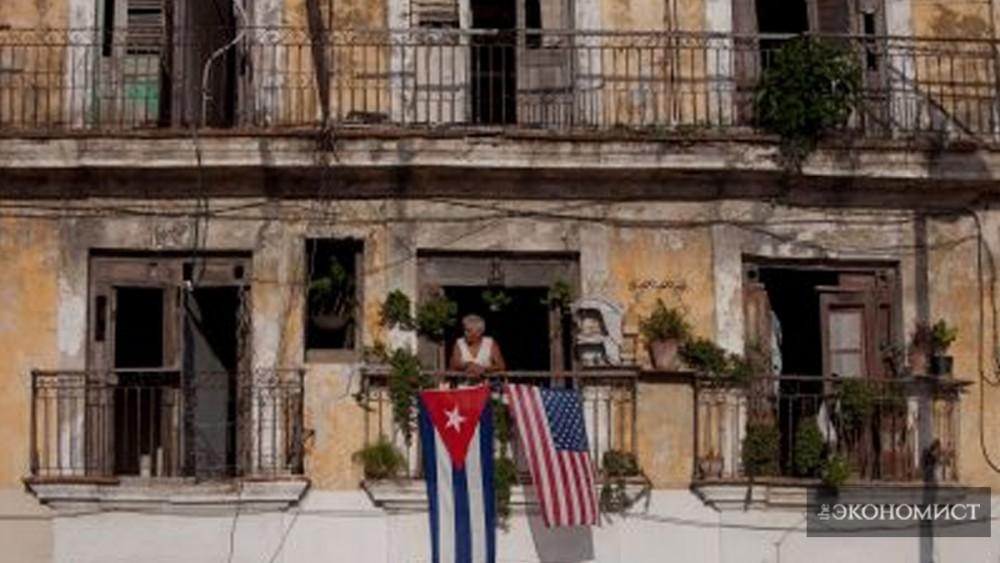 Жительница Гаваны выглядывает из окна своего дома. (Элиана Апонте / Блумберг  через Getty Images)