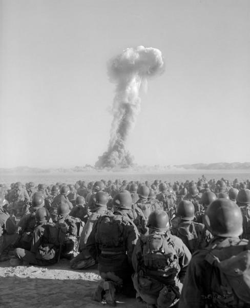 Военные наблюдают за ядерным взрывом во время учений Desert Rock I — 1 ноября 1951 г.
