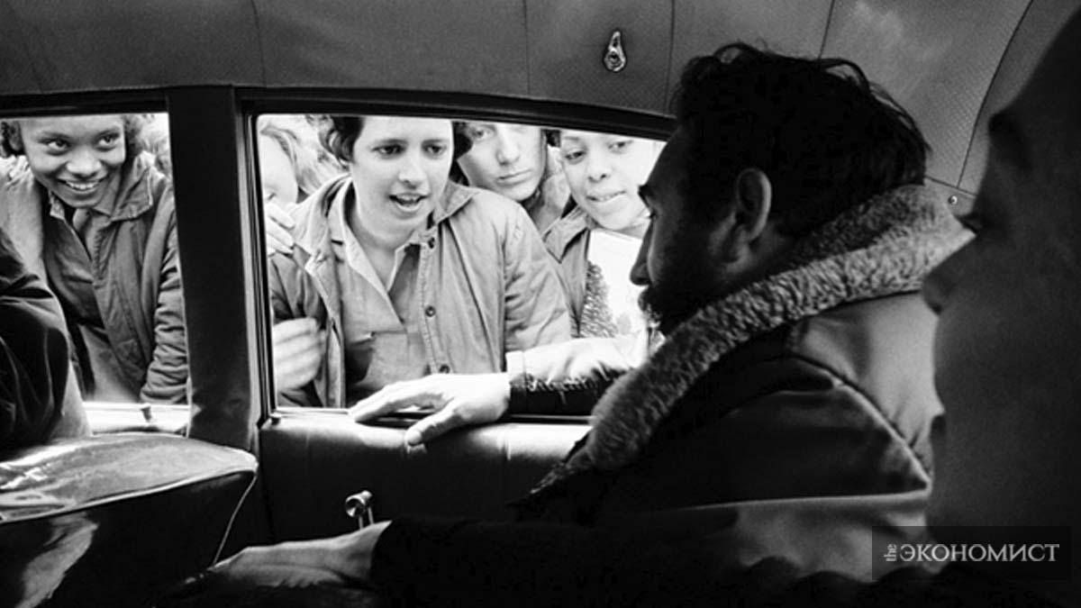 """В феврале 1964 года Ховард снимала специальный фильм ABC «Куба и Кастро сегодня». Как она писала в дневнике: «Невозможно снимать [Кастро] должным образом, ведь он никогда не стоит на месте». Её поразило, как сильно кубинский народ обожает своего вождя. """"Они обступают его, они кричат «Фидель!, Фидель!», дети целуют его, матери прикасаются к нему"""". /Elliott Erwitt / Magnum"""