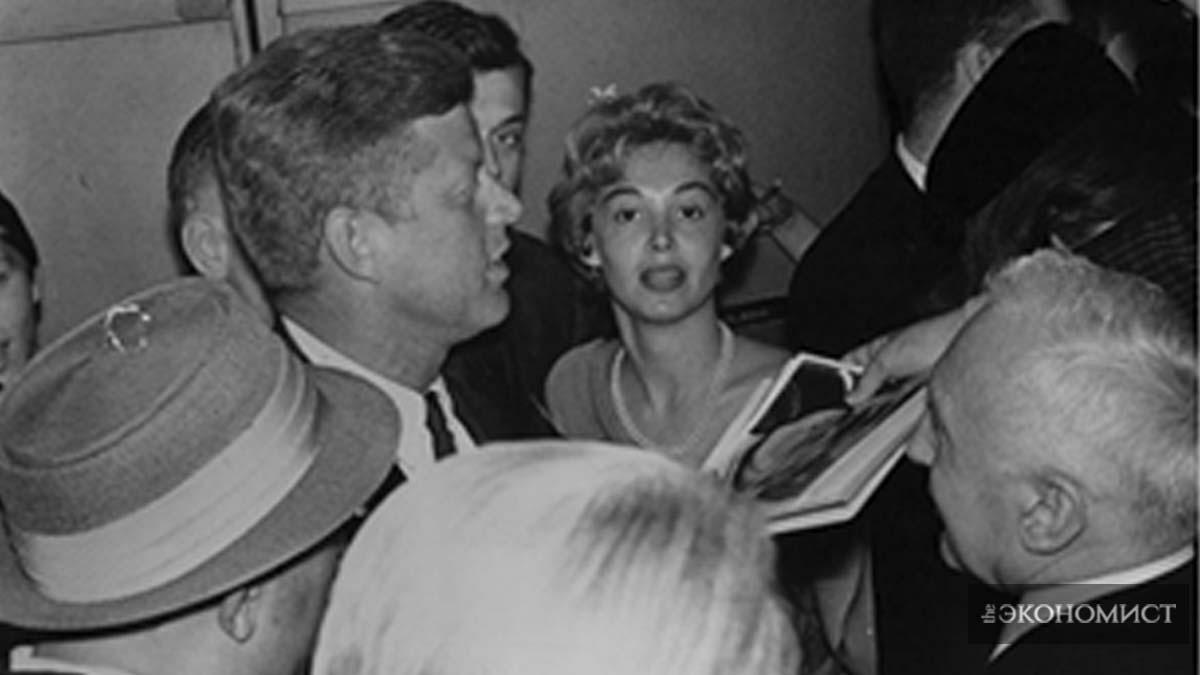 """Ховард был известна своими интервью с высокопоставленными лицами, от советского премьера Никиты Хрущева до бывшей первой леди Элеоноры Рузвельт. Слева: Ховард рядом с тогдашним сенатором Джоном Ф. Кеннеди на национальном съезде Демократической партии 1960 года. Справа: Ховард берет интервью у Че Гевары в Гаване в феврале 1964 года. После отключения записи, Гевара признался ей, что это Кастро поручил ему сделать интервью. С точки зрения Ховард, Кастро сделал это, чтобы доказать, что это он был """"верховным лидером, и в конечном счете каждый должен выполнять его приказы"""". / Коллекция Лизы Ховард Из Архива Национальной Безопасности;"""