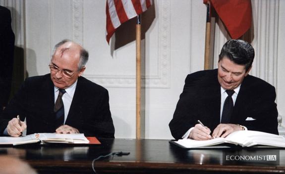 Генеральний секретар ЦК КПРС М. С. Горбачов і президент США Р. Рейган підписують Договір в Білому домі, 1987 рік