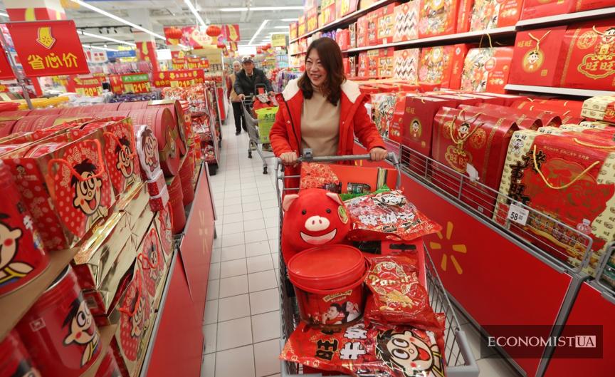 24 января 2019 г. жители города Куньмин покупают товары для Нового года в супермаркете «Уол-март».